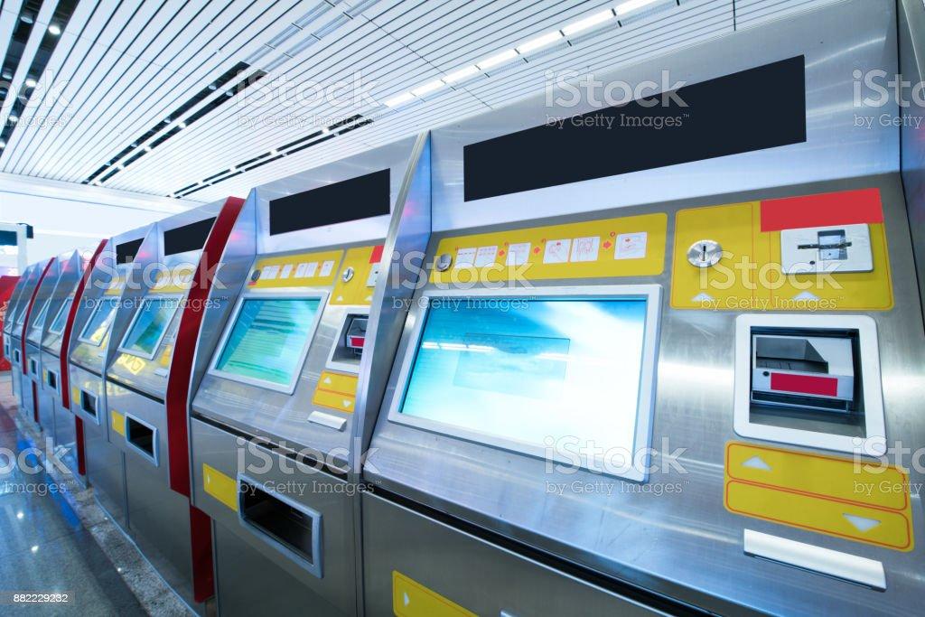 billet de tirer depuis une machine automatique à la station de train de shanghai - Photo