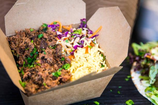 pulled pork, rice and salad in take out food at street food market - karton zbiornik zdjęcia i obrazy z banku zdjęć