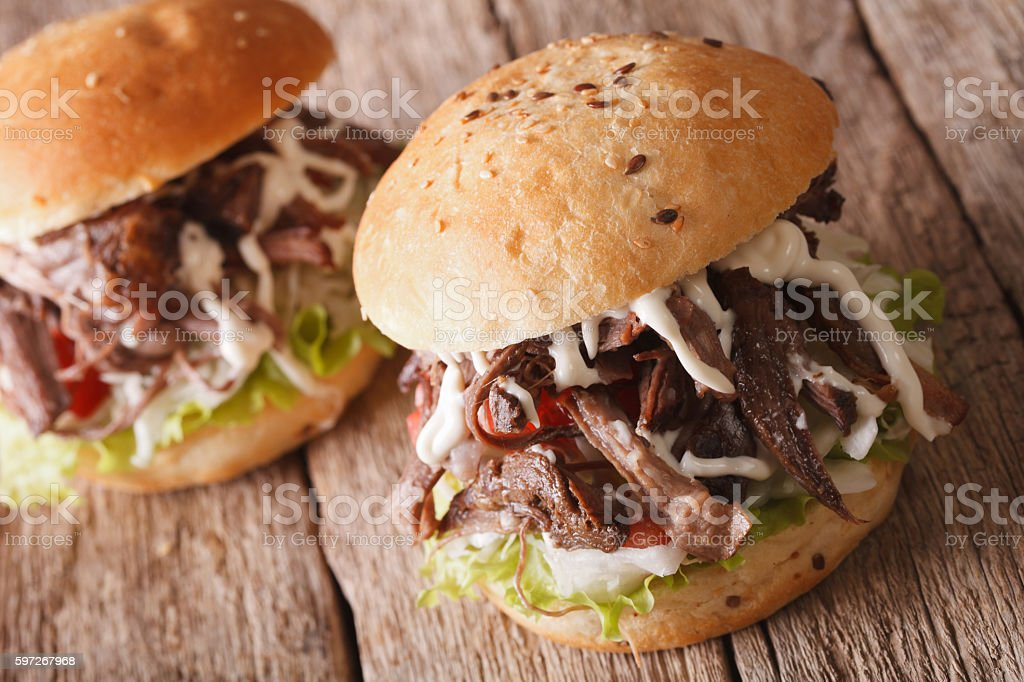 Pulled pork sandwich with cabbage and sauce close-up. horizontal photo libre de droits