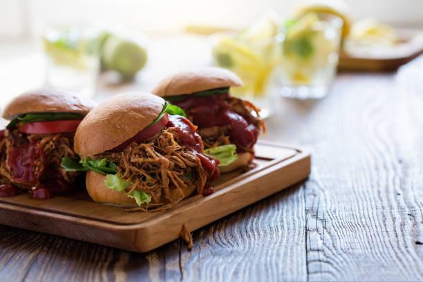 Schweinefleisch-Sandwiches mit Blatt Gemüse gezogen – Foto