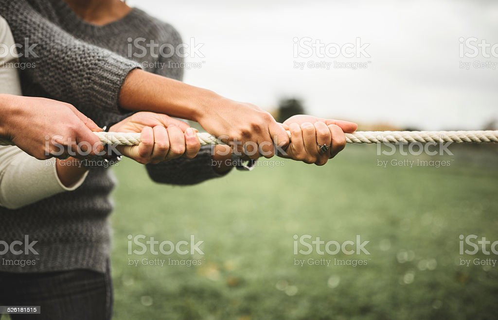 Tirando la corda per il lavoro di squadra - foto stock