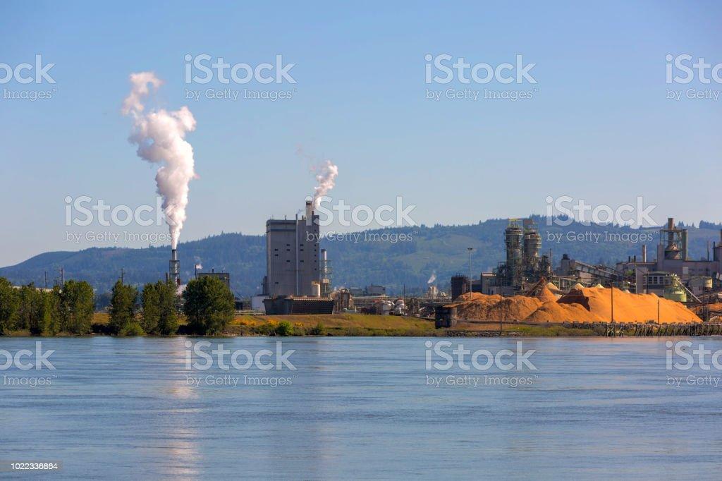 Zellstoff- und Papierfabrik am Columbia River im US-Bundesstaat Washington Longview – Foto