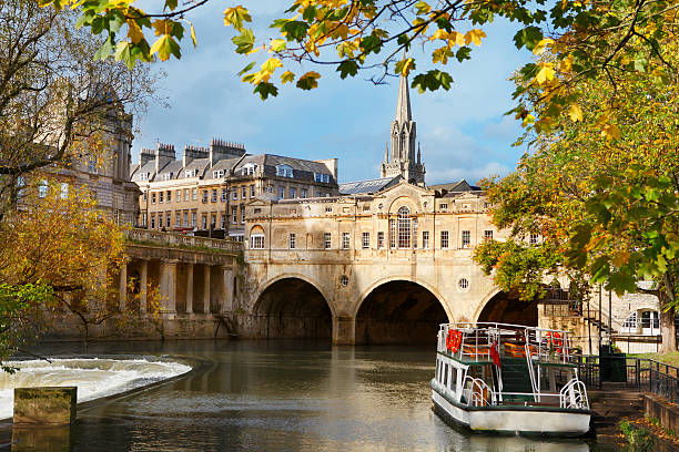 Pulteney Bridge and river Avon in Bath Pulteney Bridge, the main tourist attraction in Bath, UK. somerset england stock pictures, royalty-free photos & images