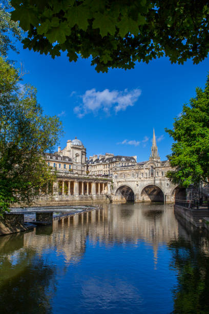 Pulteney Bridge in Bath, Somerset A view of the beautiful Pulteney Bridge in the historic city of Bath in Somerset, UK. bath england stock pictures, royalty-free photos & images