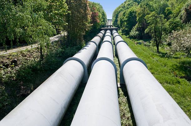 AUFGEPUMT-Aufbewahrung Kraftwerk mit drei pipelines – Foto