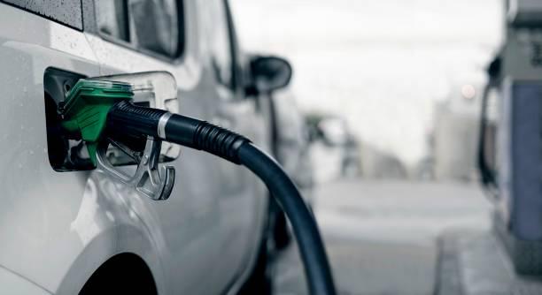 bombeo de combustible de gasolina en el coche. - echar combustible fotografías e imágenes de stock
