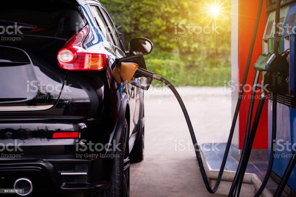 Pumpen Benzin Kraftstoff im Auto. – Foto