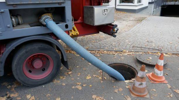 abpumpen der abwassertank eine mobile sanitärcontainer in die kanalisation - kanalisationsabflüsse stock-fotos und bilder