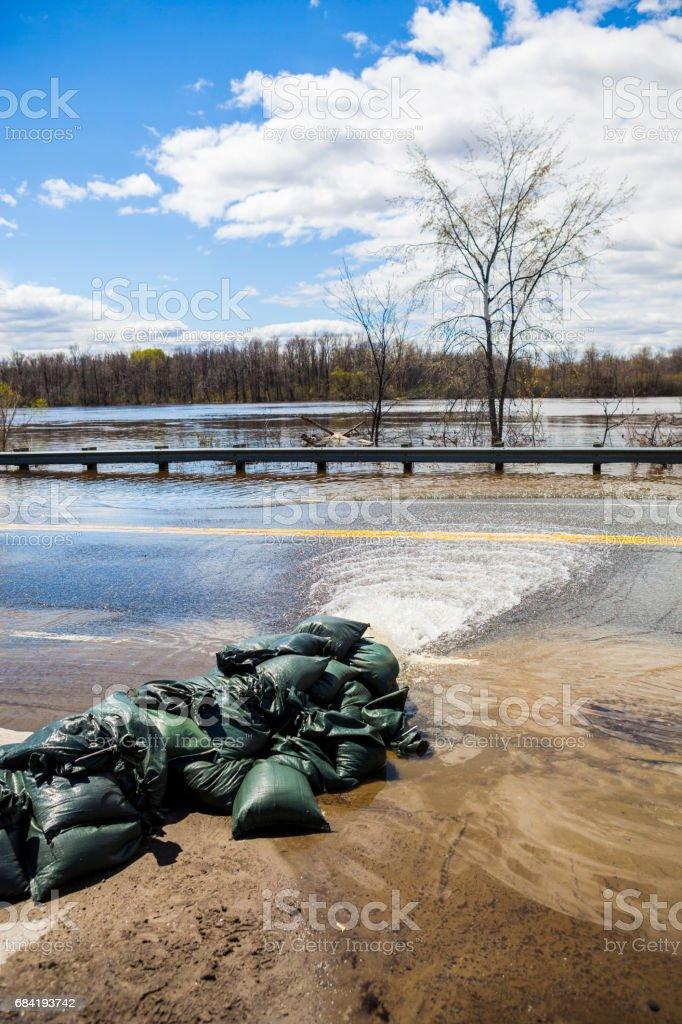Pumpa vatten från översvämmade hus royaltyfri bildbanksbilder