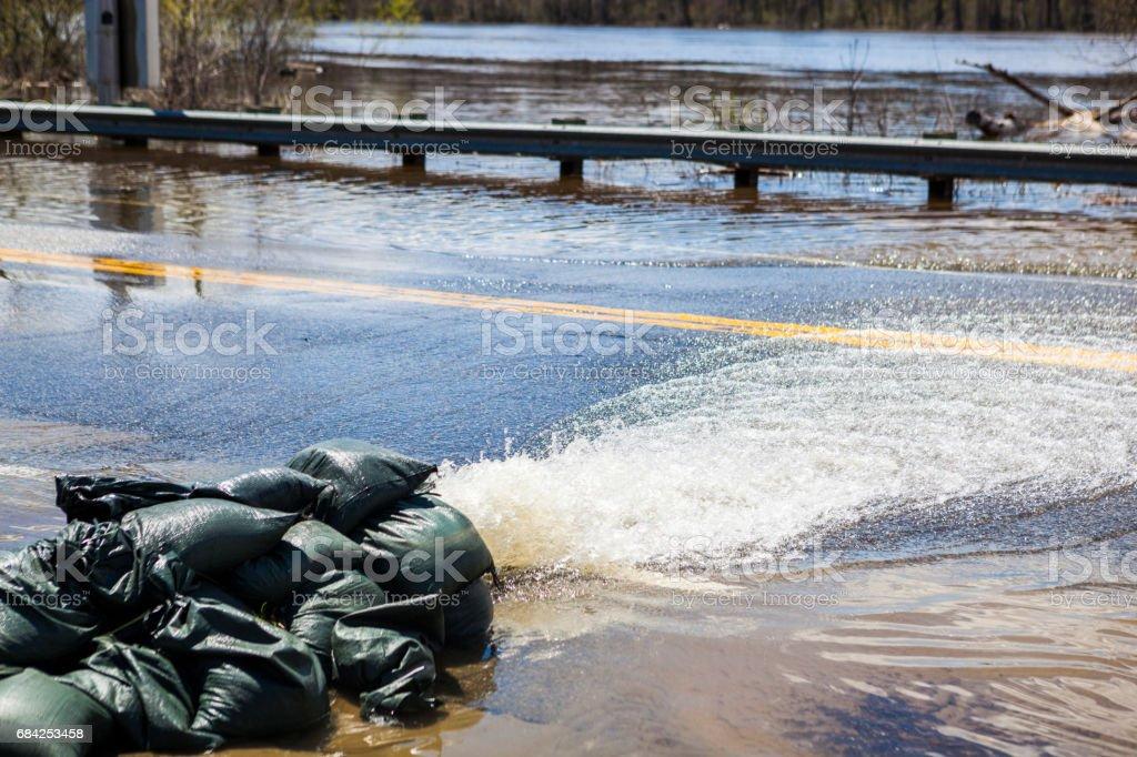 Pompage de l'eau loin de route noyé photo libre de droits