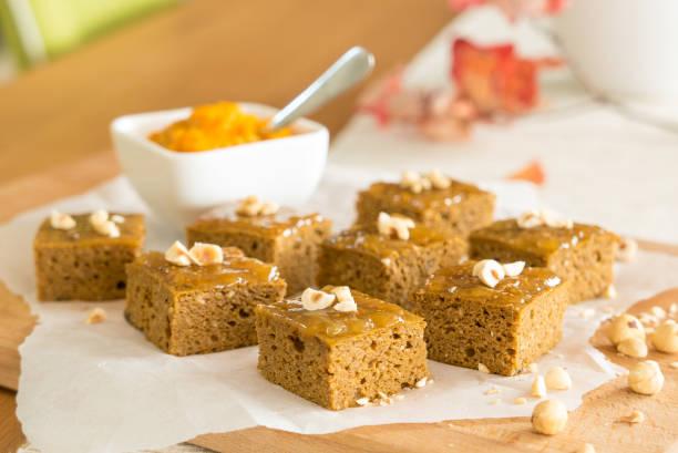 kürbis-brownies - paleo kuchen stock-fotos und bilder