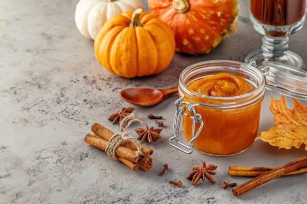 pumpkin butter on concrete background - miele dolci foto e immagini stock