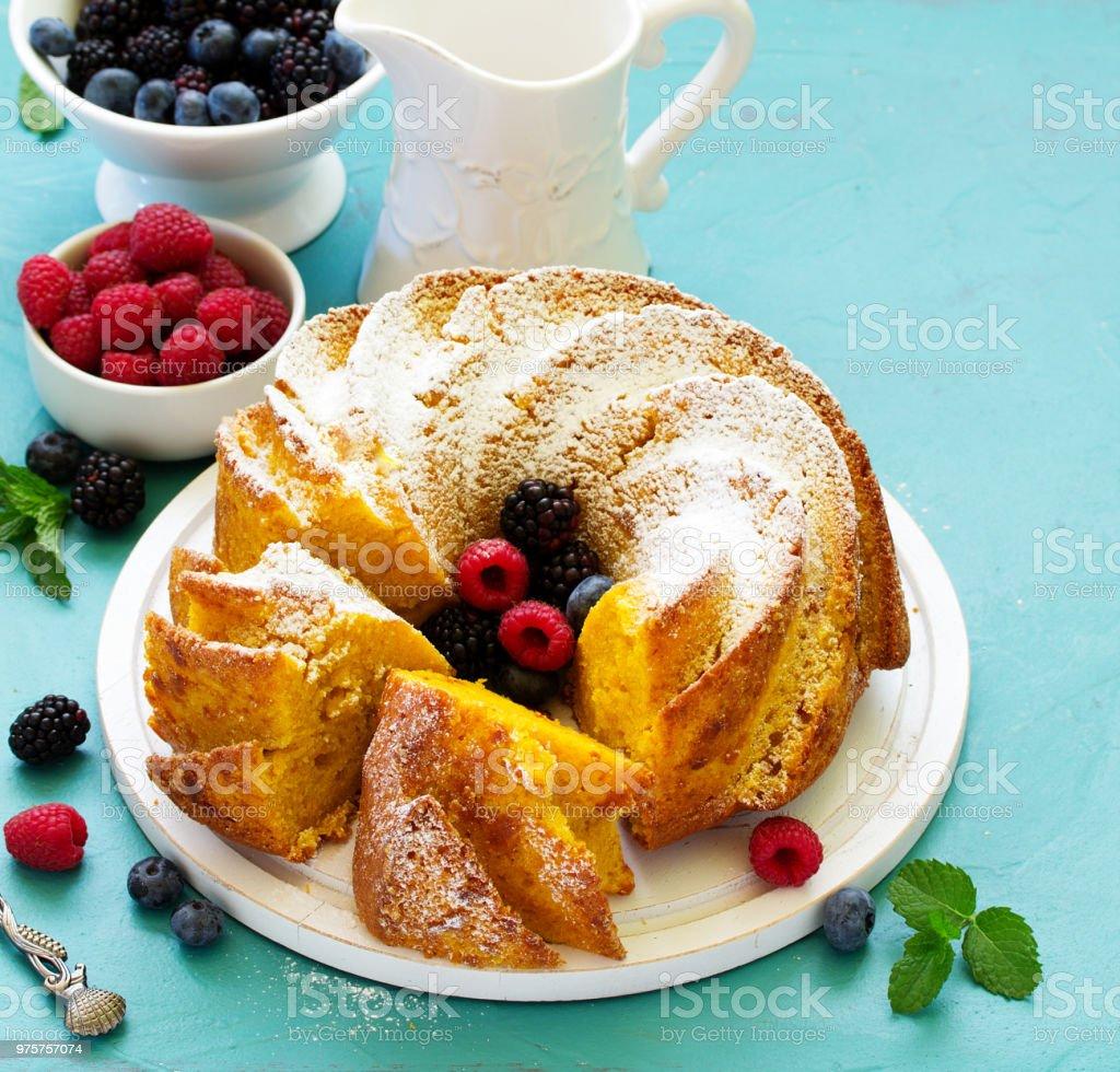 Kürbis-Kuchen mit frischen Beeren. - Lizenzfrei Braun Stock-Foto