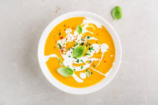 pumpkin creamy soup served in bowl - sopa imagens e fotografias de stock