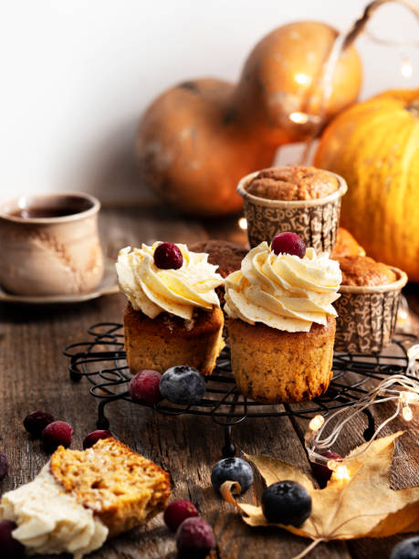 cupcakes de calabaza con helado de queso crema, cupcakes de calabaza, comida de navidad, comida de navidad - magdalena dulces fotografías e imágenes de stock