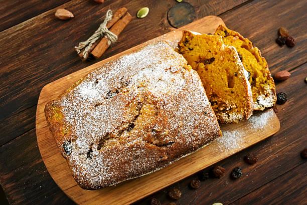 pumpkin loaf, top view - brottorte stock-fotos und bilder