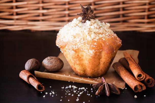 kürbis-hafer-streusel muffins und gewürz muskat, zimt, anis. holz braun dunkel. selektiven fokus. kopieren sie raum. - vanille muffins stock-fotos und bilder