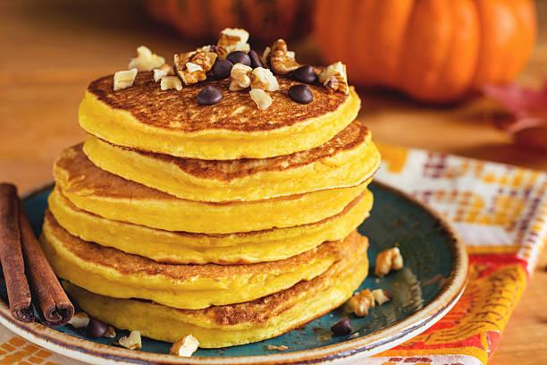 pumpkin pancakes for breakfast - tropfenblatt tisch stock-fotos und bilder