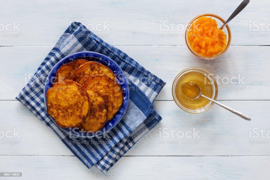 Tortitas de calabaza con miel y té foto de stock libre de derechos