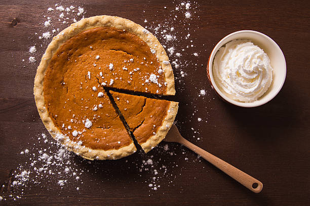 pumpkin pie and whipped cream - pumpkin pie 個照片及圖片檔