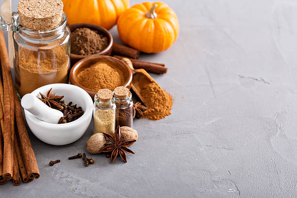 pumpkin pie spice in a glass jar with ingredients - canela especia fotografías e imágenes de stock