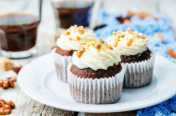 kürbistorte gewürzen walnüsse bananen-cupcakes - heiße schokoladen cupcakes stock-fotos und bilder