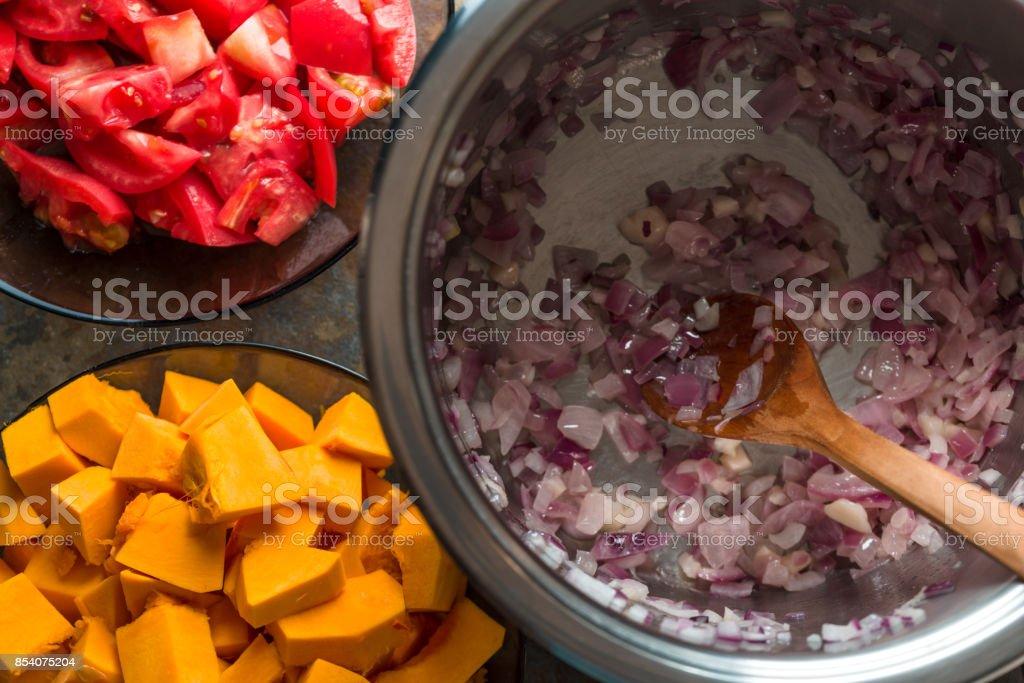 Kürbis-Stücke, Tomaten und roten Zwiebeln Nahaufnahme Lizenzfreies stock-foto