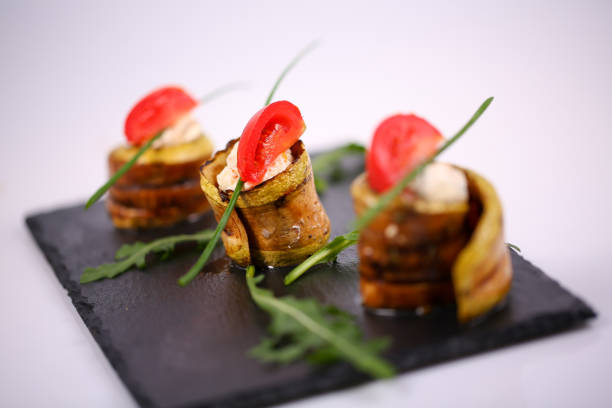 kürbis-fruchtfleisch mit philadelphia-mousse - gefüllte zucchini vegetarisch stock-fotos und bilder