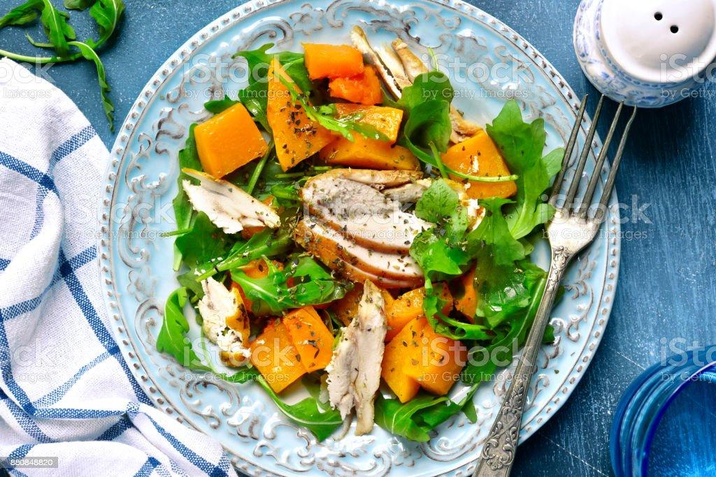 Kürbis-Salat mit Huhn und Rucola – Foto