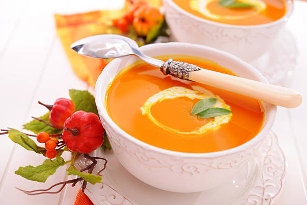 kürbissuppe mit creme fraiche - hokkaido kürbis zubereiten stock-fotos und bilder