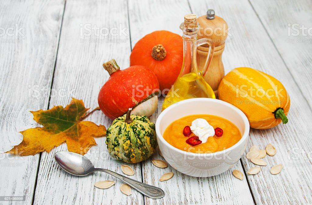 Zuppa di zucca con pumpkins fresca foto stock royalty-free