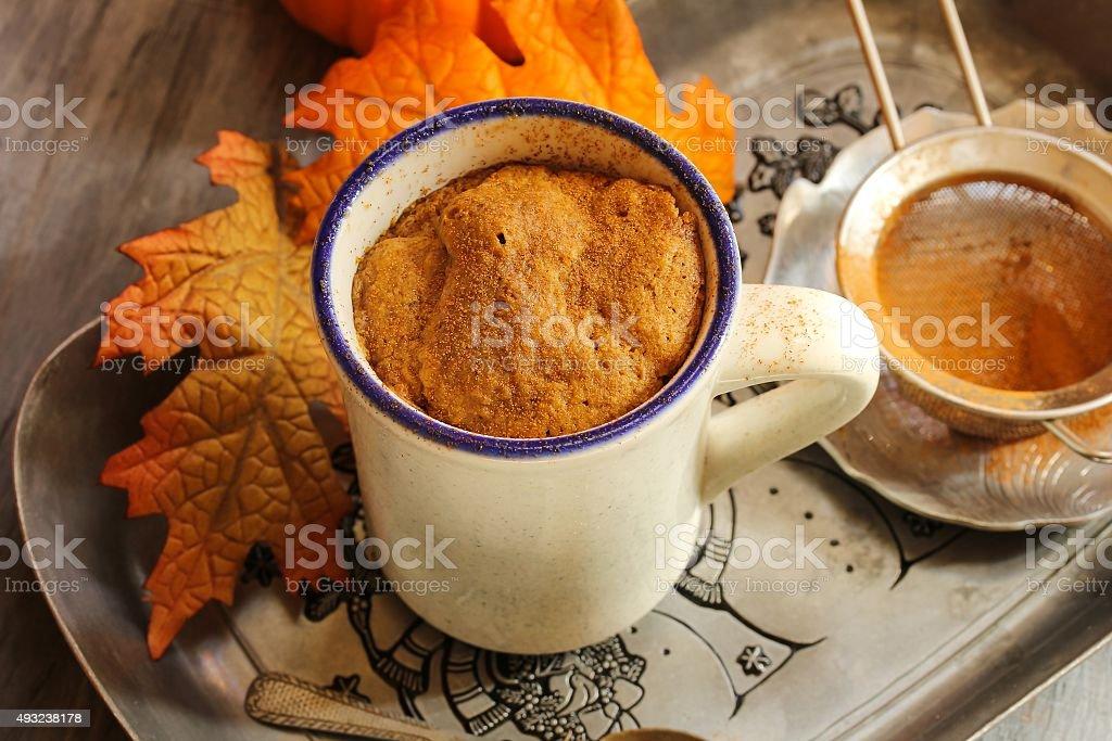 Pumpkin Spice Latte Mikrowelle Tasse Kuchen Herbstdessert Stock