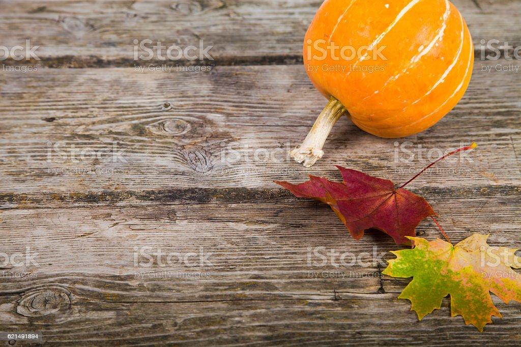 Pumpkins e autunno foglie su un tavolo di legno foto stock royalty-free