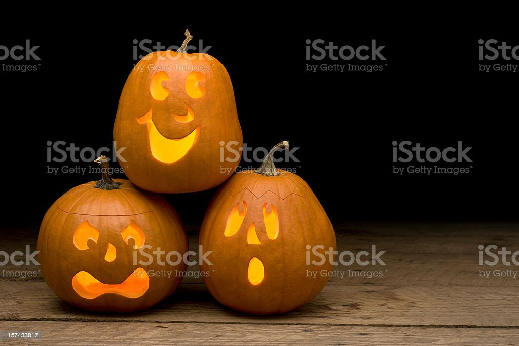 Pumpkins scolpita per halloween su un tavolo di legno grezzo