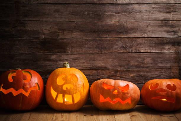 abóboras em fundo de madeira com espaço para texto - lanterna de halloween - fotografias e filmes do acervo