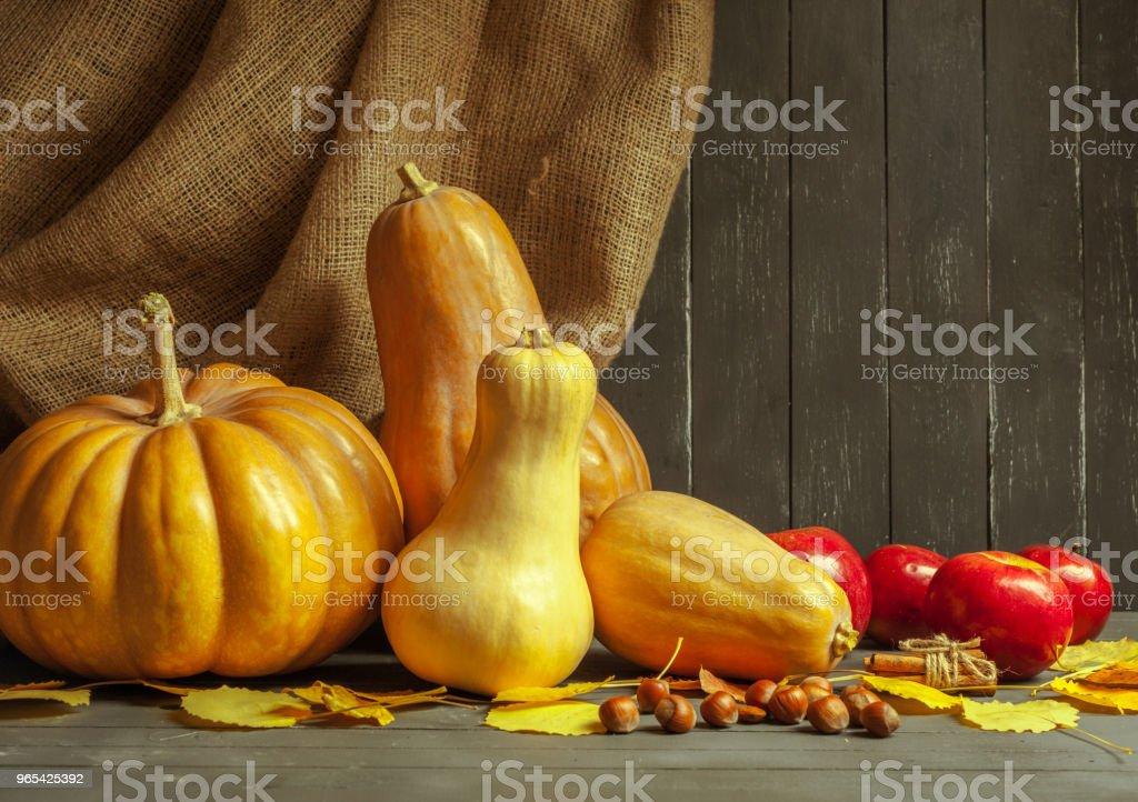 De potirons sur planche en bois - Photo de Aliment libre de droits