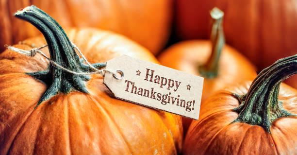 Kürbisse mit Happy Thanksgiving Papiertag – Foto