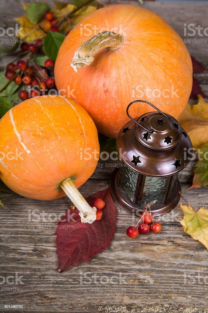 Pumpkins, Lanterna e l'autunno foglie su un tavolo di legno foto stock royalty-free