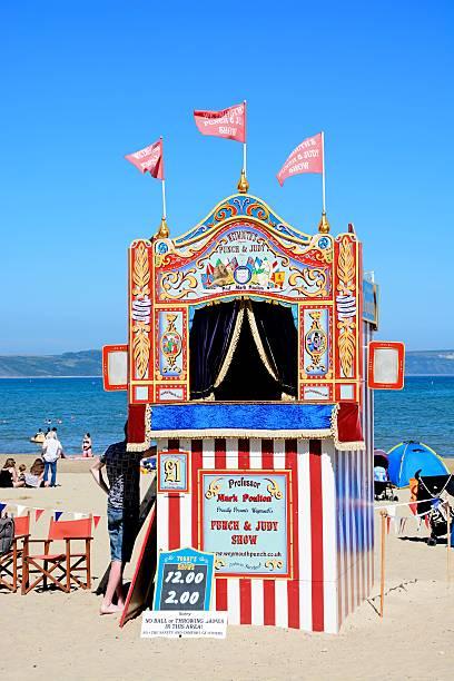 punch and judy hut on weymouth beach. - kasperltheater stock-fotos und bilder