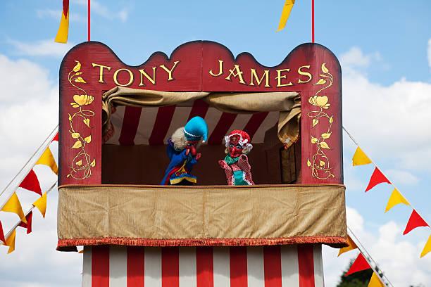 punch and judy show, traditionelle unterhaltung - kasperltheater stock-fotos und bilder