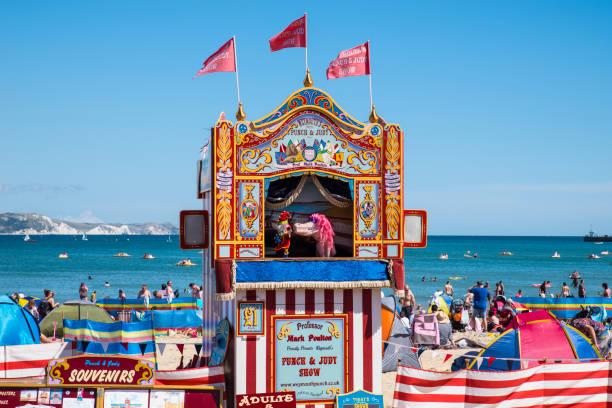 punch & judy show in weymouth, großbritannien - kasperltheater stock-fotos und bilder
