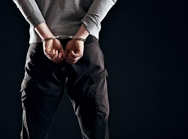 castigo por su delito - esposa fotografías e imágenes de stock