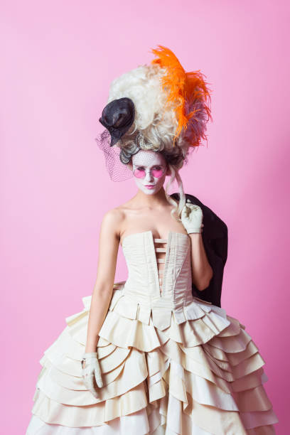 punk-barocken stil frau tragen große perücke, rosa backgroud - damen rock kostüme stock-fotos und bilder
