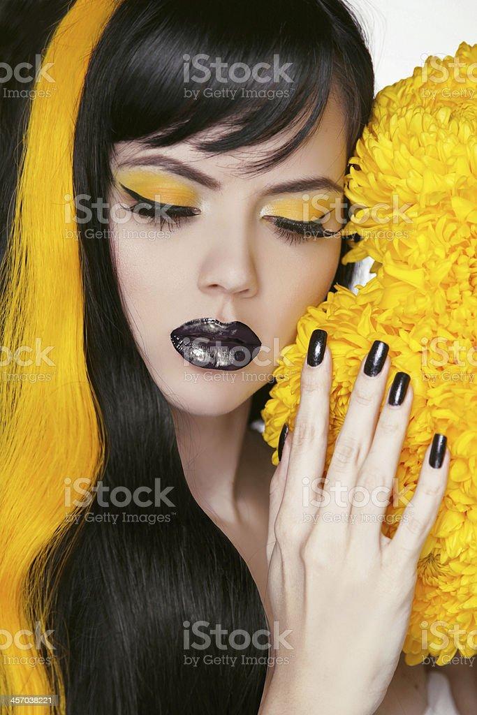 Punk Girl Portrait avec le maquillage coloré, cheveux longs, un vernis à ongles. - Photo