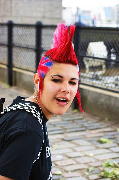 garota punk com union jack e mohawk corte de cabelo - standing out from the crowd (expressão inglesa) - fotografias e filmes do acervo