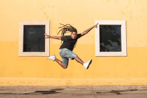 punk-person springt auf der straße - gymnastik tattoo stock-fotos und bilder