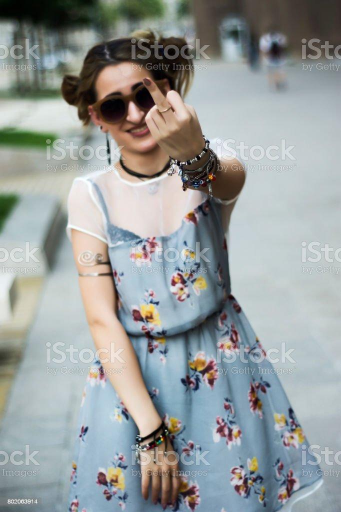 Style punk fille doigt du milieu montrant à la caméra - Photo