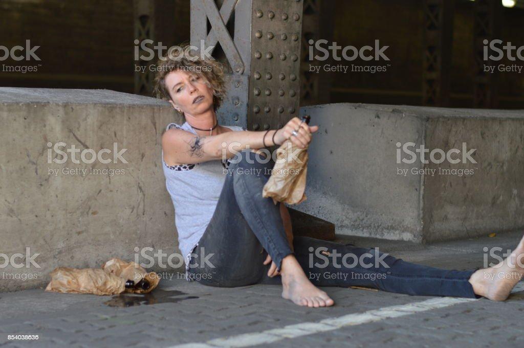 alkol ile köprü altında punk kadın stok fotoğrafı