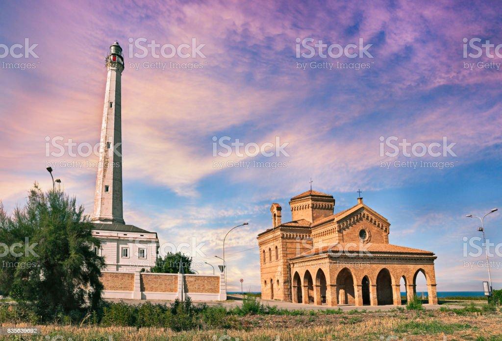 Punta Penna, Vasto, Abruzzo, Italia: Faro y la iglesia en la costa del mar Adriático - foto de stock