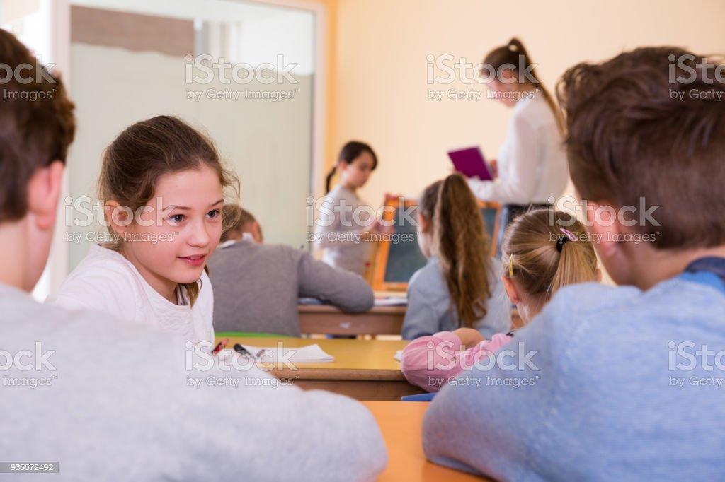 Alunos conversando na aula - foto de acervo